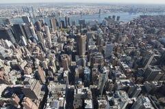 Highrisesikt av ny yorkshorisont Arkivfoto