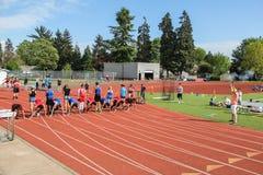 Highschool Athleten eingestellt für einen 100-Meter-Lauf Stockfotografie
