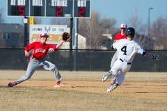 Highschool Baseballshortstop nimmt einen Wurf Lizenzfreie Stockbilder