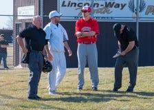 Highschool Baseballtrainer und Schiedsrichter Stockfotos