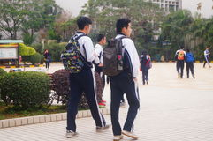Highschool fing zu den Winterferien, die Studenten aus dem Klassenzimmer heraus an und verließ den Campus Stockfotos