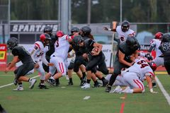 Highschool Fußball-Spieler, die versuchen, den Ball zu erhalten lizenzfreie stockbilder