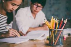 Highschool oder aufholendes Arbeitsbuch der Studentgruppe und Le stockfotos