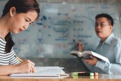 Highschool oder aufholendes Arbeitsbuch der Studentgruppe und Le lizenzfreie stockbilder
