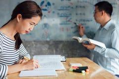 Highschool oder aufholendes Arbeitsbuch der Studentgruppe und Le stockbilder