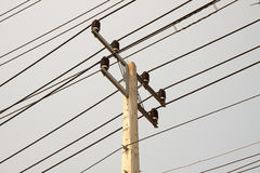 Hight在天空背景的电压杆 库存照片