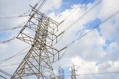 Hight电压在多云天空背景的塔线 免版税库存图片