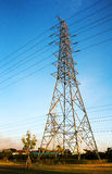 Hight电压在蓝天的电岗位 免版税库存照片