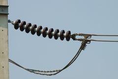 Hight电压杆和导线在天空背景 库存照片