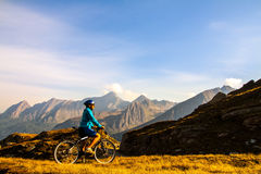 hight mountais的骑自行车者妇女 免版税库存照片