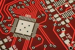 Hightech- Hintergrund Nahaufnahmefoto, roter Stromkreis Cyberpunkfuturistisches Makrodesign Stockbild