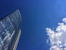 Hightowerwolken en blauwe hemel Stock Afbeeldingen