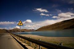 Hightway und blauer Himmel des mountainsees Lizenzfreie Stockfotos