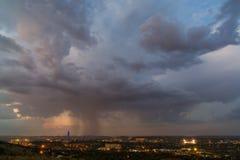 Highveld åskväder över staden Arkivfoto