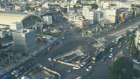 Highview van verkeer op weg dichtbij het station van Bangkok stock videobeelden