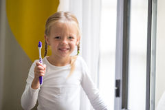 higiena jamy ustnej Urocza mała uśmiech dziewczyna szczotkuje jej zęby Obraz Stock