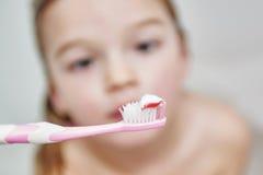 higiena jamy ustnej Zamyka up mała dziewczynka szczotkuje jej zęby Obraz Stock