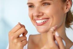 Higiene dental Mulher bonita que Flossing os dentes brancos saudáveis Imagem de Stock