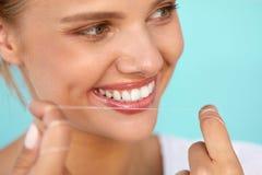 Higiene dental Mulher bonita que Flossing os dentes brancos saudáveis Fotografia de Stock