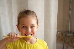 Higiene dental Ni?a feliz que cepilla sus dientes fotos de archivo libres de regalías