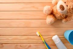 Higiene oral para crianças com elementos de limpeza no tampo da mesa fotografia de stock