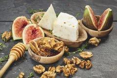 Higos con la miel y el queso fresco Imagen de archivo