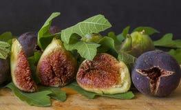 Higos dulces maduros con las hojas verdes, fruta mediterránea del higo Foto de archivo libre de regalías