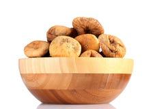 Higos secados deliciosos en tazón de fuente de madera Imagen de archivo