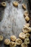 Higos secados en la madera envejecida Foto de archivo