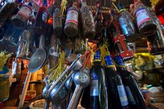 HIGUEY,多米尼加共和国- 2015年11月1日:纪念品瓶在多米尼加共和国的市场上 库存图片