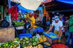 HIGUEY, ΔΟΜΙΝΙΚΑΝΉ ΔΗΜΟΚΡΑΤΊΑ - 1 ΝΟΕΜΒΡΊΟΥ 2015: Πωλητές στην τοπική αγορά σε Higuey στοκ φωτογραφία με δικαίωμα ελεύθερης χρήσης