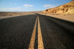 Hihway in Woestijn, de Nationale Vallei van de Dood van het Park Stock Afbeeldingen