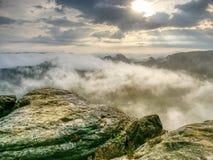 Hiil szczyty wzrastający od ciężkiej mgły Pierwszy silni słońce promienie obraz royalty free
