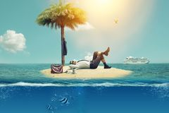 Hij bevrijdde zich van het werk en rustte op het eiland stock afbeelding