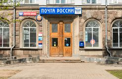 Hij brengt aan de tak van de Russische post en Postbank in Pskov in verrukking Stock Foto