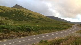 Hij Conor Pass is de hoogste bergpas in Ierland stock footage