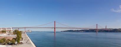 Hij de brug die van 25 DE Abril over de Tagus-Rivier overspannen Royalty-vrije Stock Afbeelding