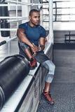 Hij is een nieuwe kampioen Vermoeide jonge Afrikaanse mens in sportkleding stock foto