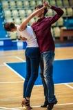 Hij en zij wervelt in dans, Stock Fotografie