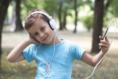 Hij geniet van luister aan muziek stock foto