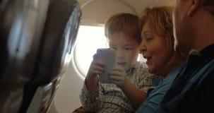 Hij heeft een goede vlucht met grootouders en cel stock video