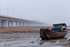 Hij langste de brug verafgelegen, geparkeerde vissersvaartuigen van de wereld in de getijdevlakte Royalty-vrije Stock Foto's