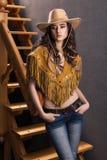 Hij meisje in het kostuum van een cowboyportret Stock Foto's