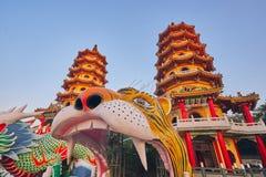 Hij toren Twee van Draak en Tiger Pagodas op lotusbloemvijver in zonsondergangtijd bij Zuoying-district stock foto