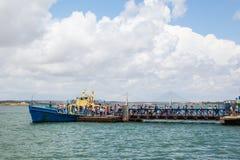 Hij veerboot tussen Ayamonte en Vila Real de Santo Antonio stock afbeeldingen
