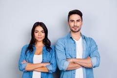 Hij versus zij portret van caucasion Spaans paar in jeansoverhemd - Stock Foto's