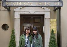 Hija adolescente asiática de la madre y de Amerasian delante del Residenza Pablo VI Imagenes de archivo