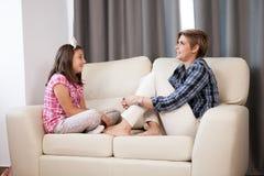 Hija adolescente y su madre en el sofá Imágenes de archivo libres de regalías