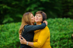 Hija adulta con la madre mayor foto de archivo