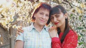 Hija adulta que abraza a su madre mayor metrajes